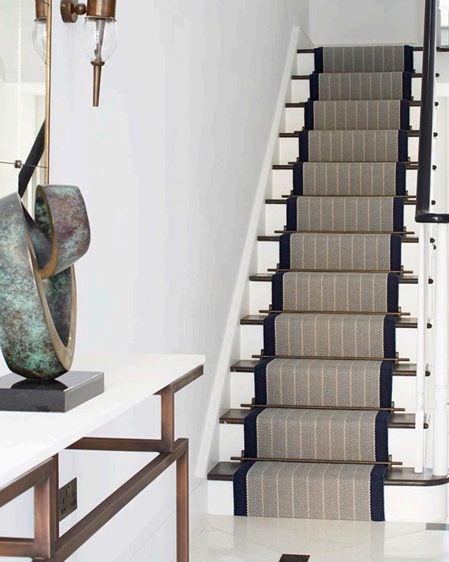 On this rainy Monday, we're gearing up for the last course in our lecture series by looking at beautiful staircases. On Thursday, May 2, Aronson's Principal Carol Swedlow will cover the ABC's of staircase carpeting in at our Chelsea showroom. Click on the link in bio to register. #continuingeducation #stairrunner #flatweaves #rugsofinstagram 